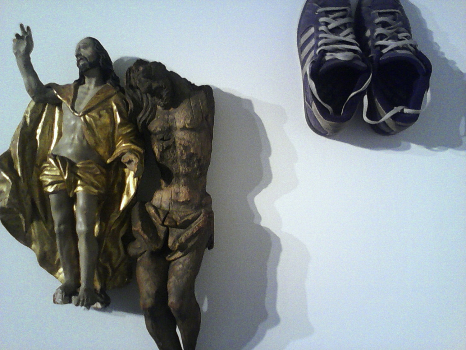 Clemens Krauss: Detail der Installation aus Christusfiguren und Schuhen, MARTa Herford, Foto: johnicon, courtesy of the artist