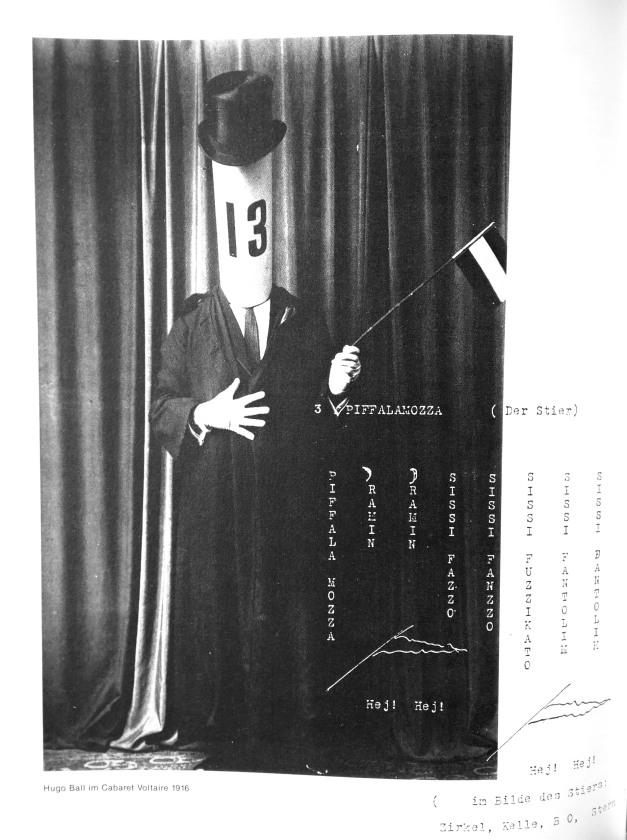 Hugo Ball receiting KARAWANE, 1916 (Quelle: Raoul Schrott, Dada 15/25, Köln 2004, S. 54)