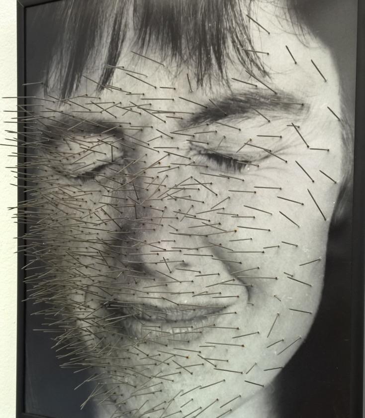 Die Bildrechte liegen ich überstochen, 1991/1992, Foto, Stecknadeln (Ausschnitt), courtesy: Annegret Soltau VG Bild-Kunst, Bonn, 2016